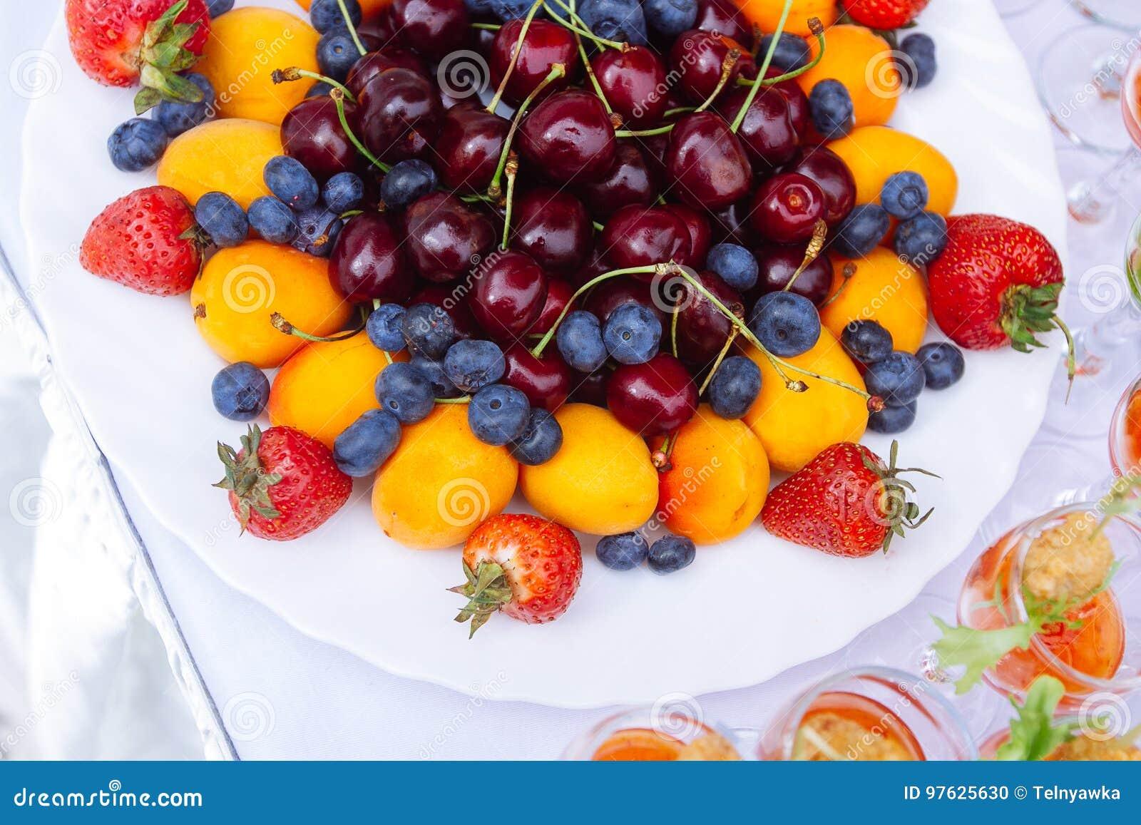 Intrecciatura con la fragola, il mirtillo, la ciliegia e l albicocca
