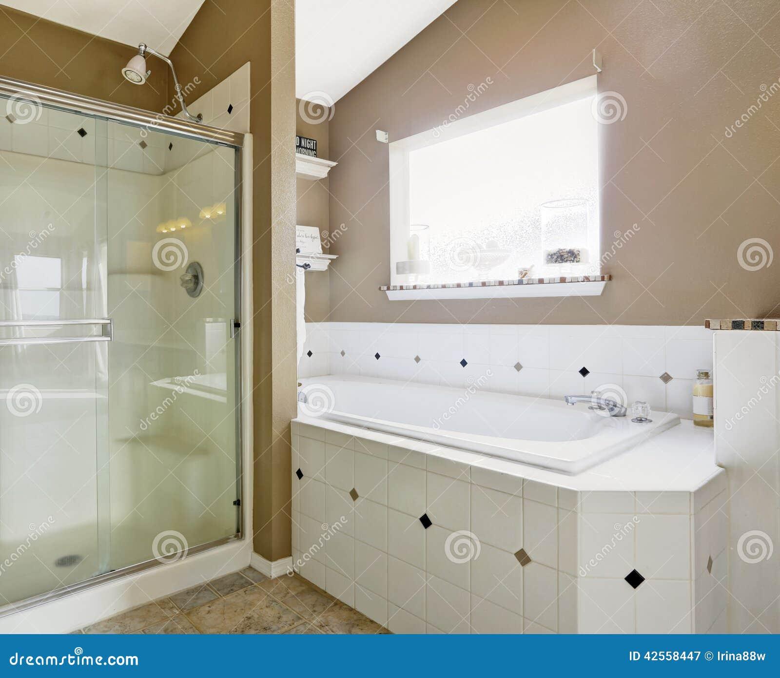 Intrerior Do Banheiro Nas Cores Brancas E Bege Foto de Stock Imagem  #85A724 1300x1147 Banheiro Com Banheira Bege