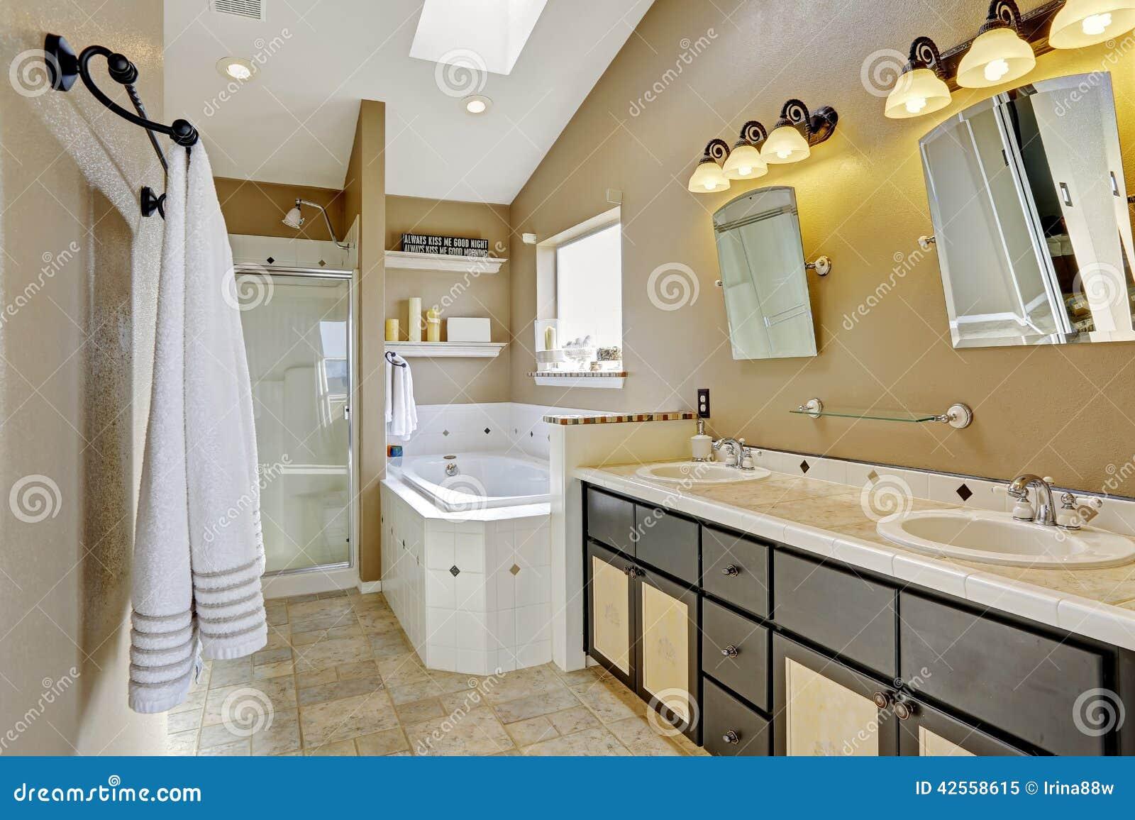 Interior moderno do banheiro em cores marrons e bege Ideia do chuveiro  #A28F29 1300x957 Banheiro Com Banheira Bege