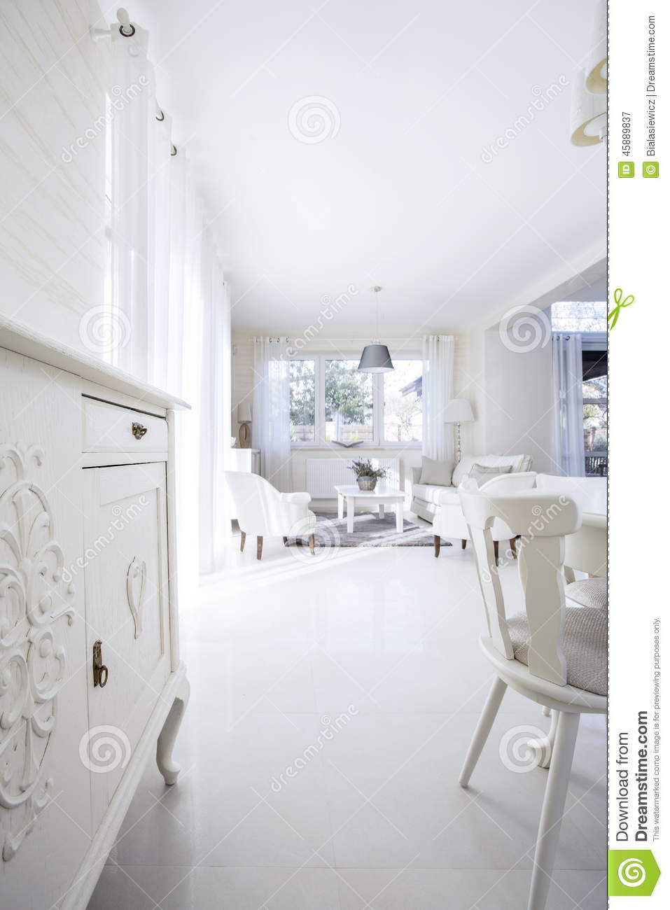 Int rieur blanc lumineux de maison photo stock image 45889837 for Interieur maison moderne blanc