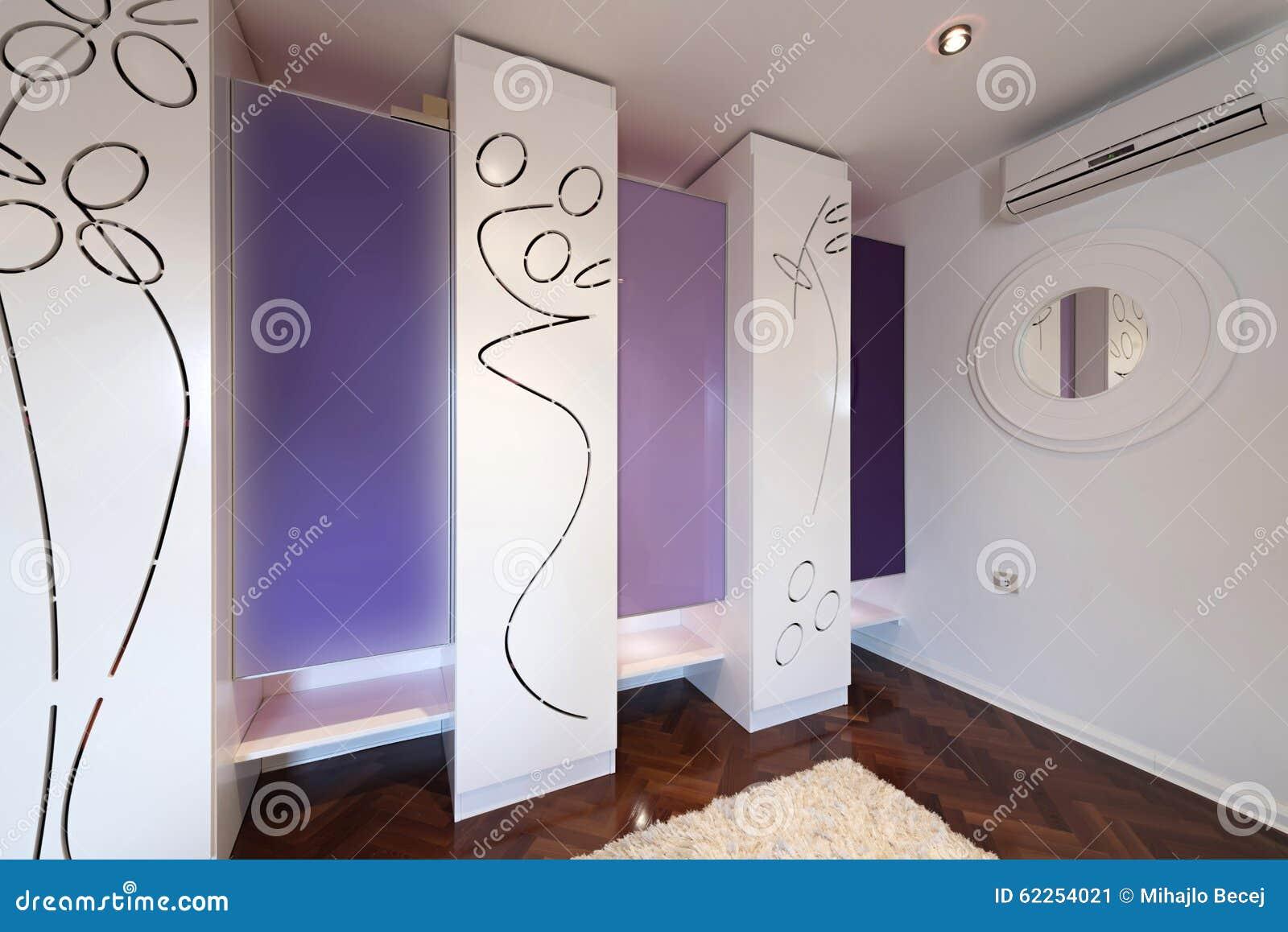 int rieur d 39 un vestiaire moderne avec le cabinet moderne photo stock image 62254021. Black Bedroom Furniture Sets. Home Design Ideas