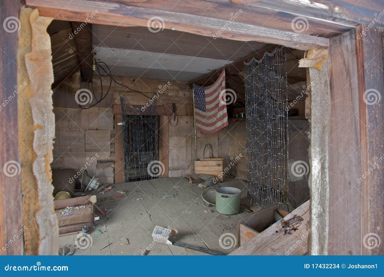 int rieur d 39 une cabane abandonn e images stock image 17432234. Black Bedroom Furniture Sets. Home Design Ideas