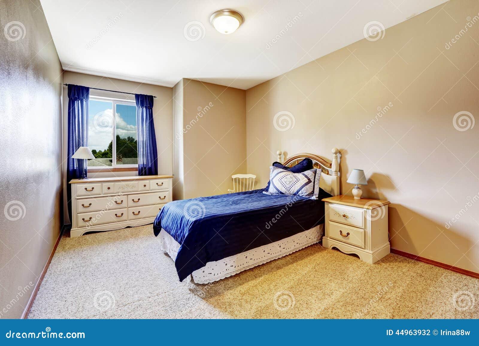 int rieur de chambre coucher avec la literie et les rideaux de marine photo stock image. Black Bedroom Furniture Sets. Home Design Ideas