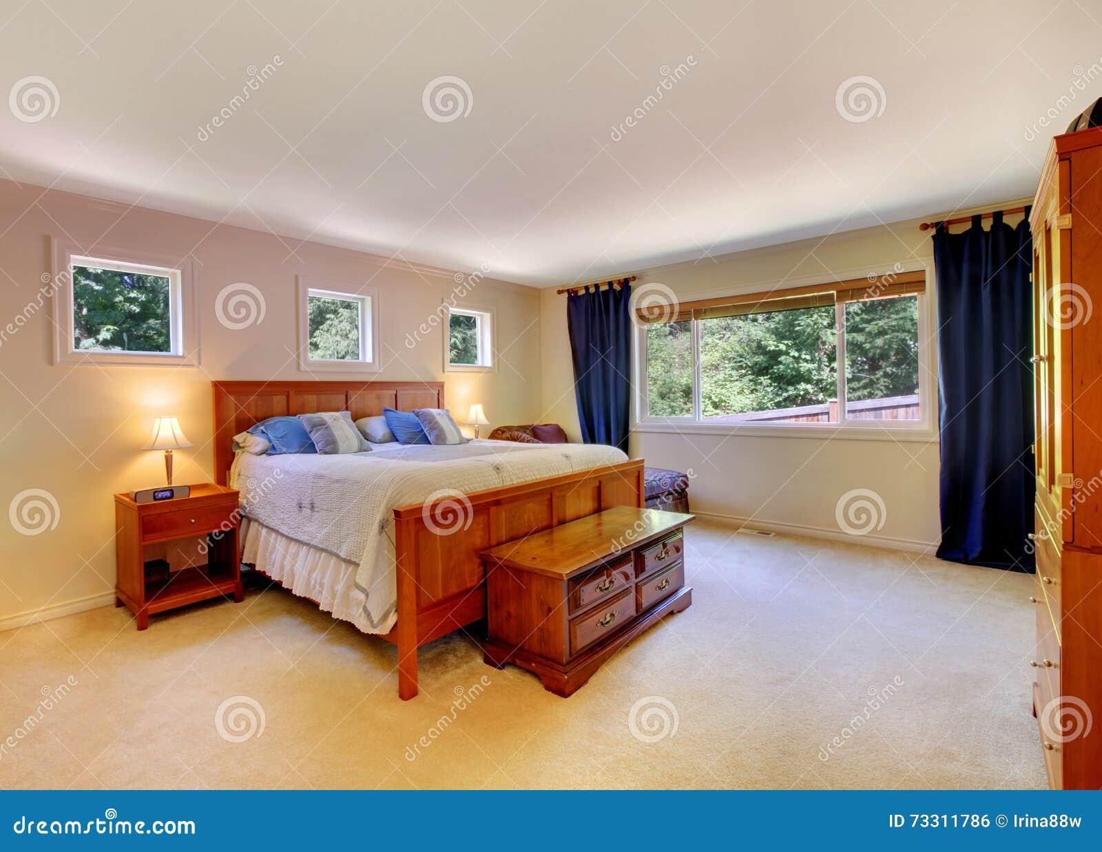 Chambre à coucher beige avec un banc photo stock   image: 55969869