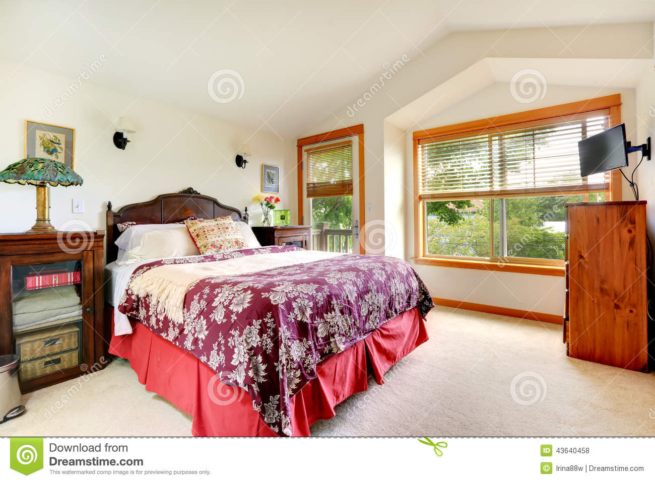 Int rieur de chambre coucher dans la maison am ricaine photo stock image 43640458 for Interieur maison americaine