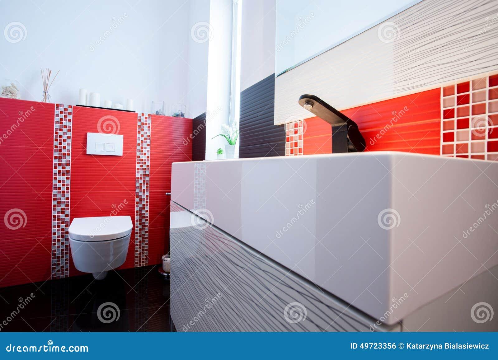 Salle de bains en rouge, le blanc et le noir photos stock   image ...