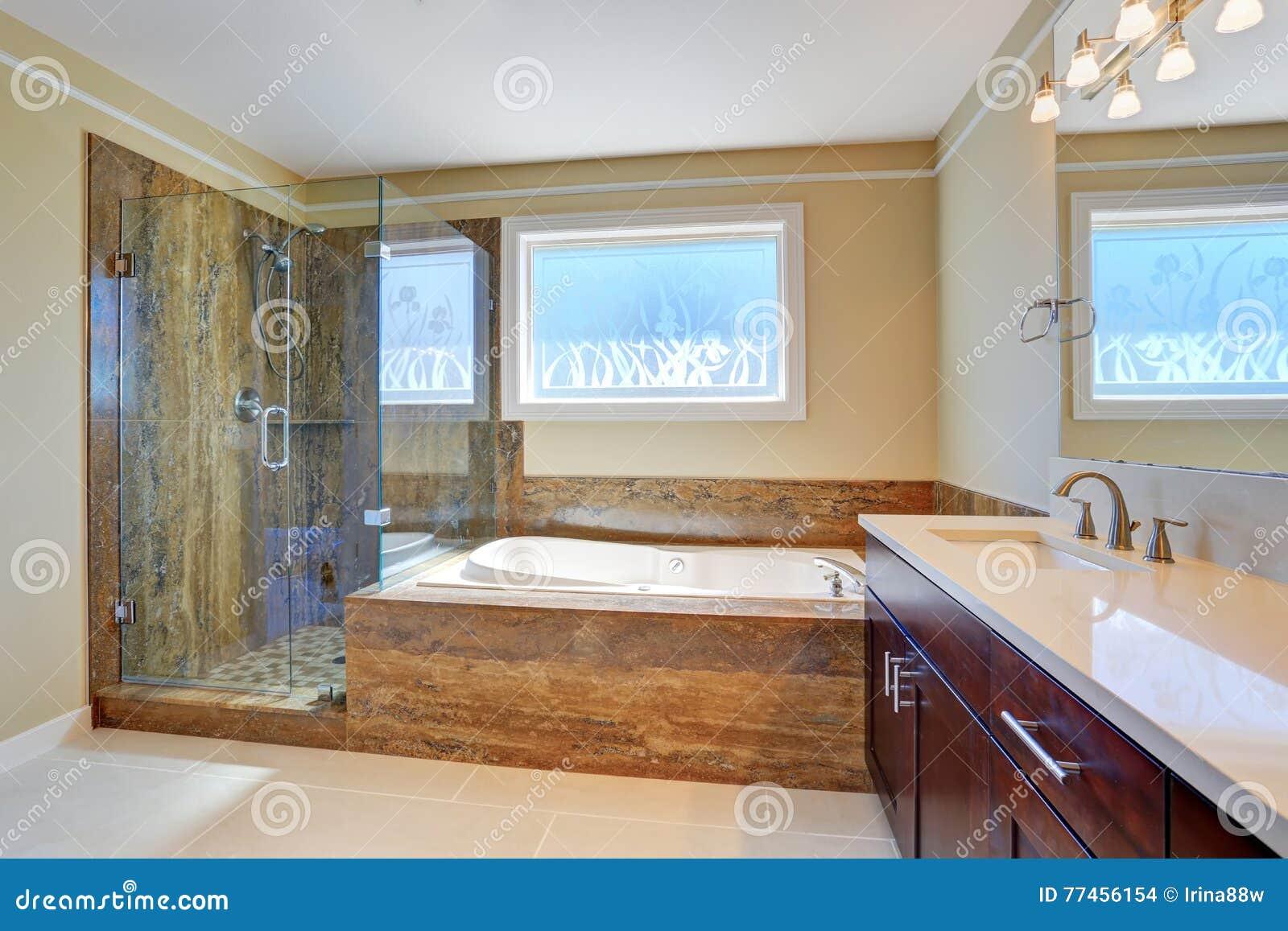 Intérieur de salle de bains avec la baignoire et la douche photo ...