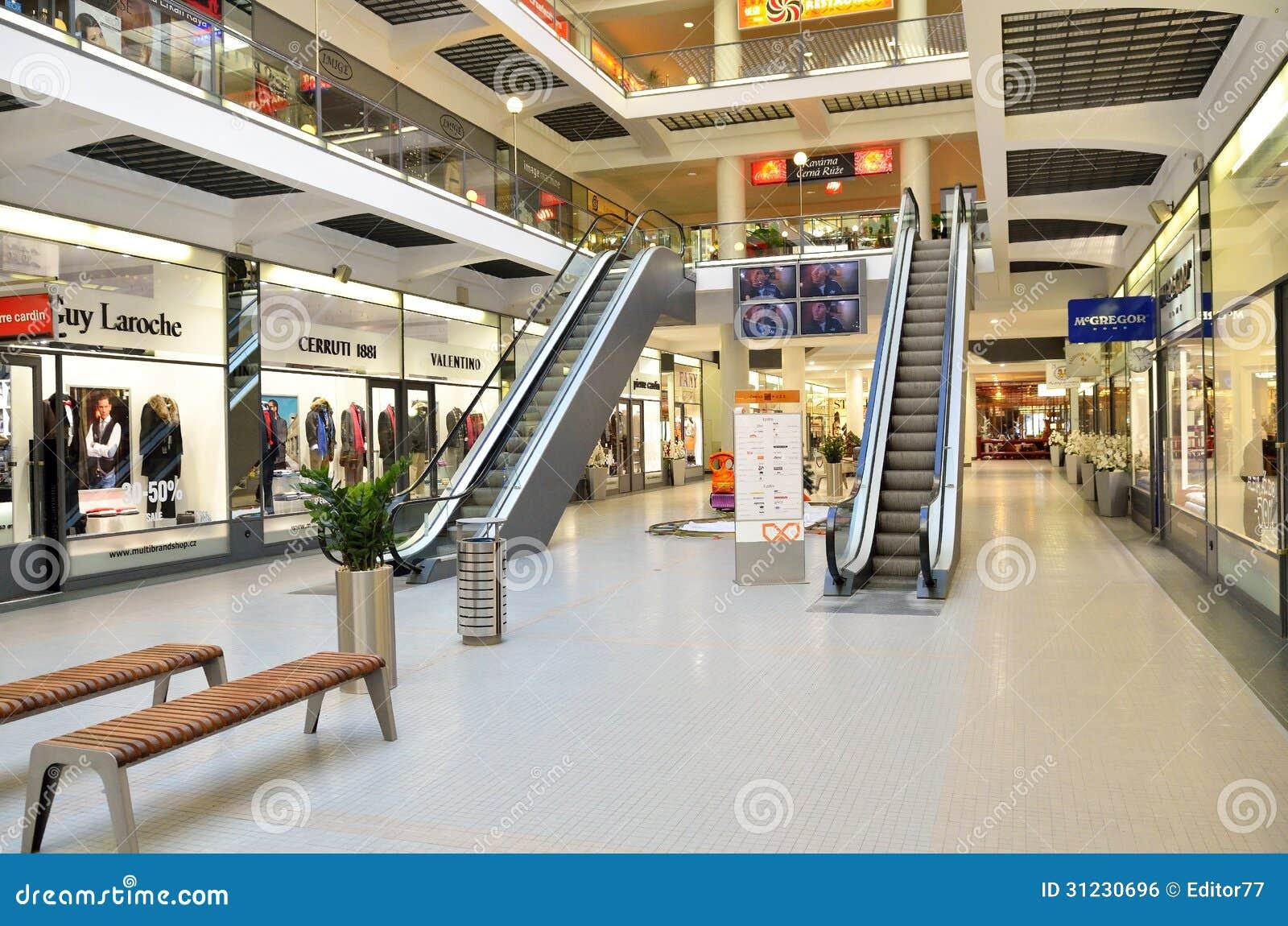 Int rieur de luxe vide de centre commercial dans la ville for Le vide interieur