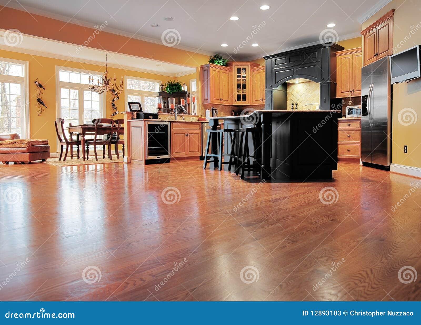 Intérieur de maison avec l étage en bois