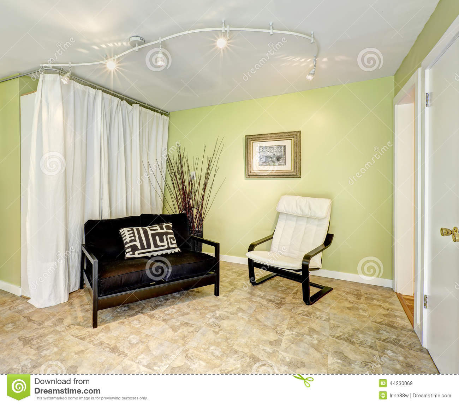 Intérieur de maison de campagne salon avec des rideaux photo stock ...