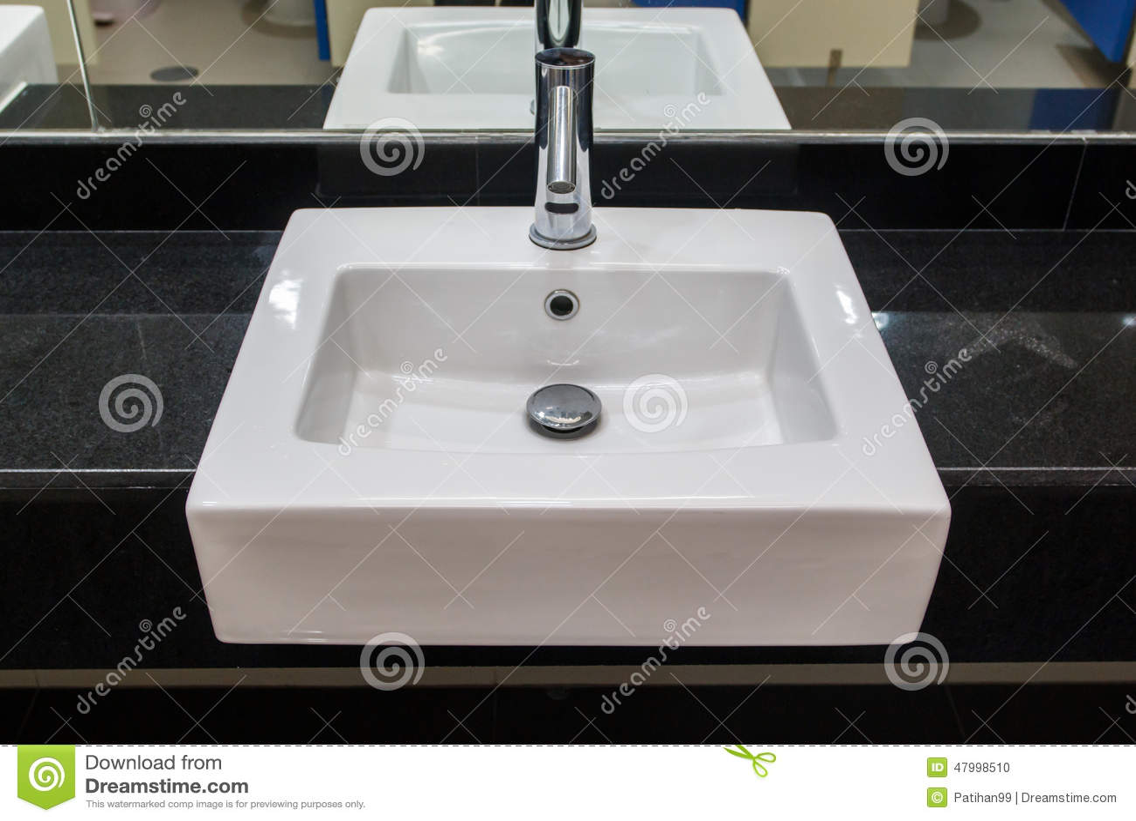 Intérieur de salle de bains avec le lavabo et le robinet blanc ...