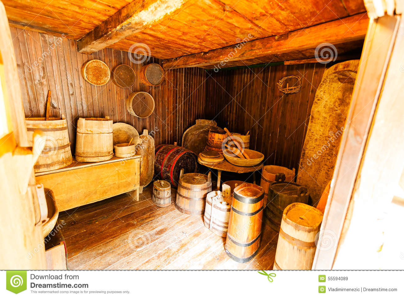 Int rieur en bois d 39 une vieille maison photo stock image 55594089 for Interieur d une maison