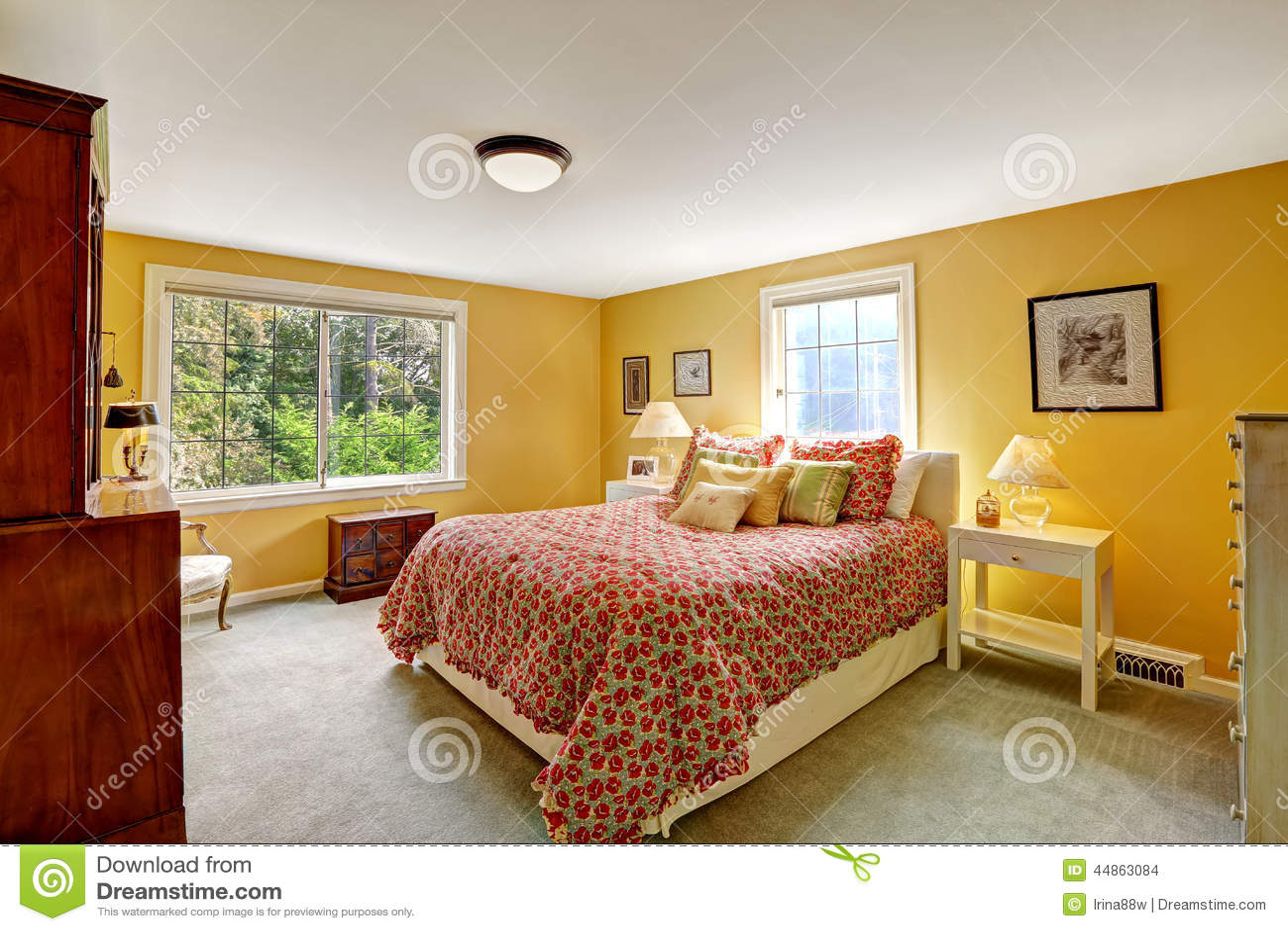 Intérieur gai de chambre à coucher dans la couleur jaune lumineuse ...