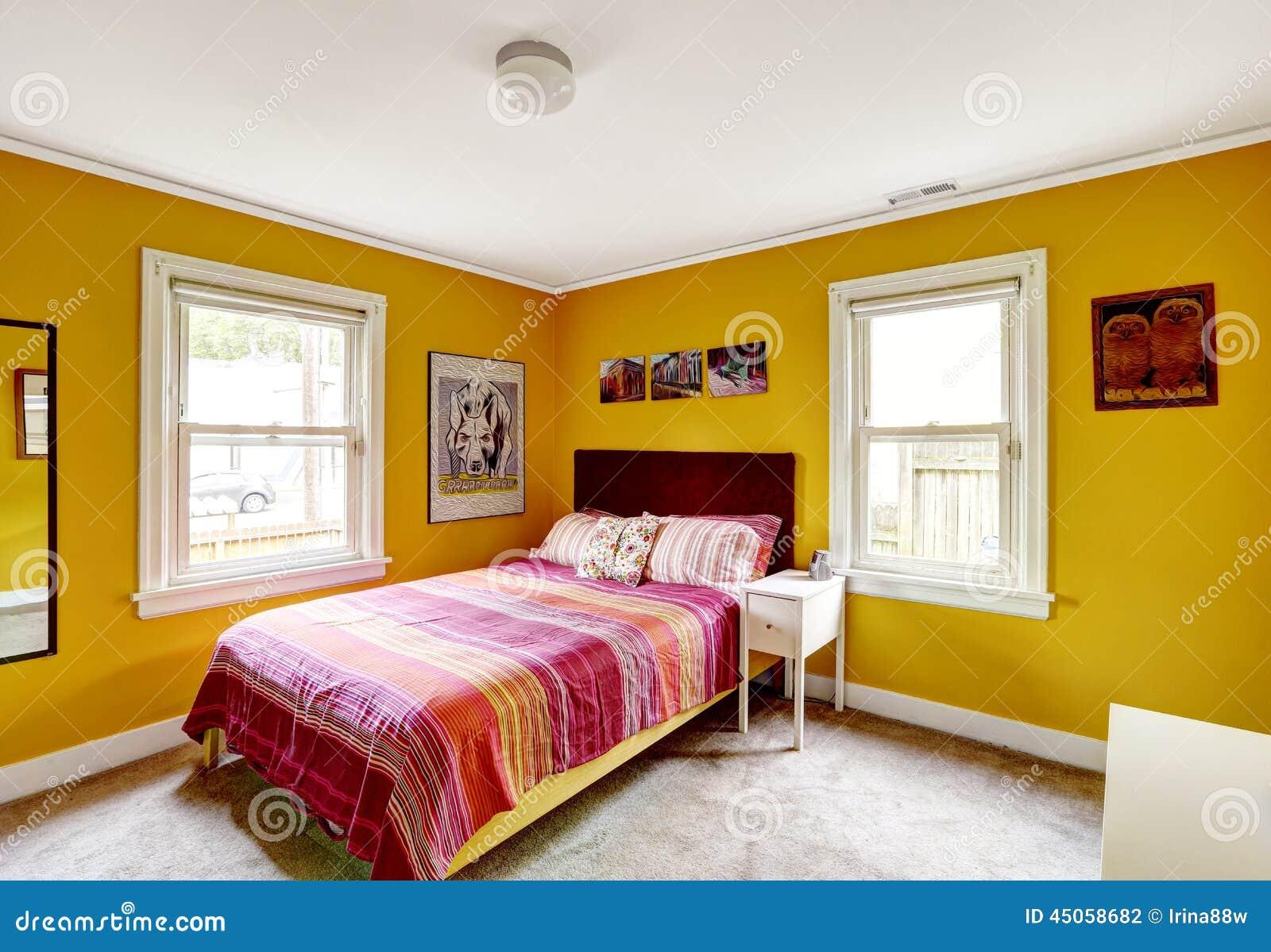 Int rieur jaune lumineux de chambre coucher photo stock for Achat chambre a coucher