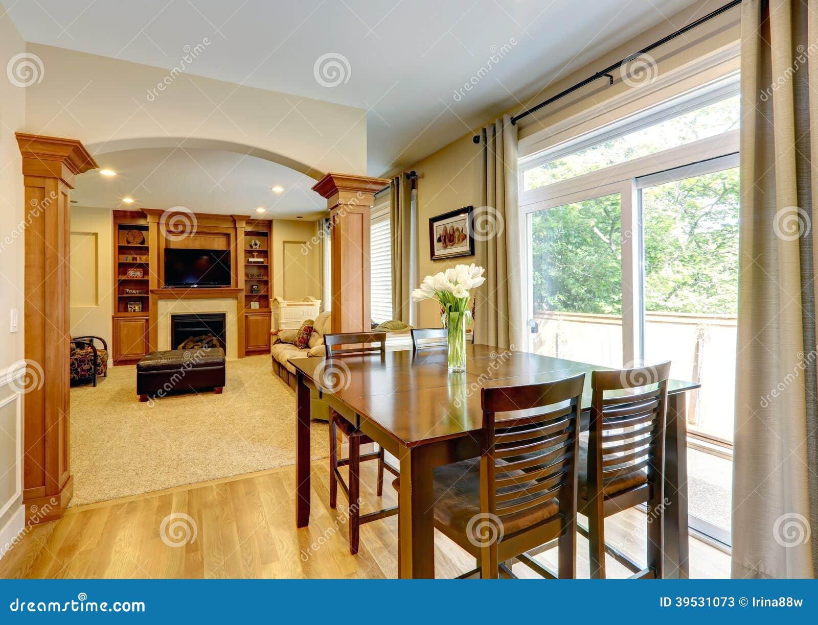 int rieur la maison de luxe avec le mur de colonne photo stock image 39531073. Black Bedroom Furniture Sets. Home Design Ideas
