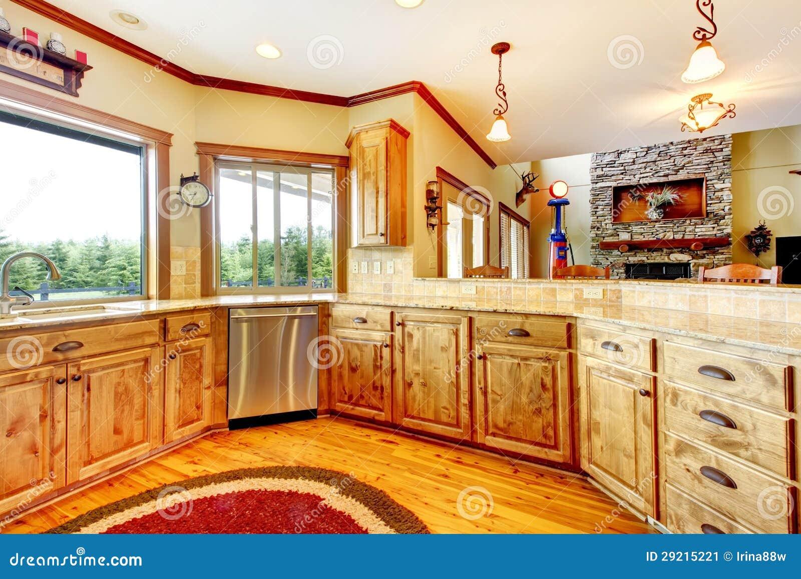 Int rieur la maison de luxe en bois de cuisine maison neuve d 39 am ricain de ferme image stock for Interieur maison americaine