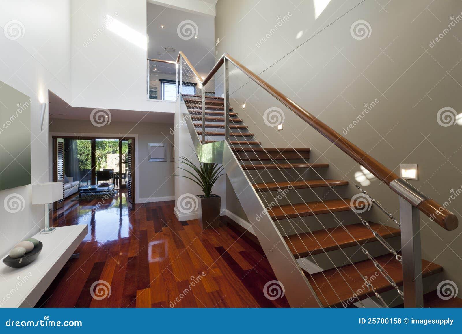 Intérieur moderne de maison avec l'escalier photos libres de ...