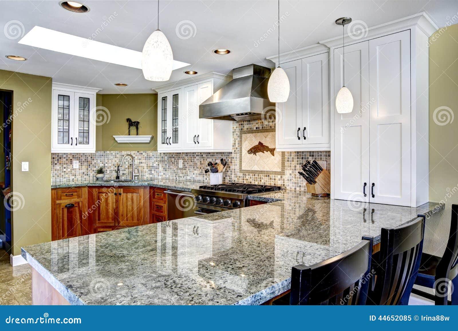 Intérieur moderne de maison pièce de cuisine avec les dessus ...
