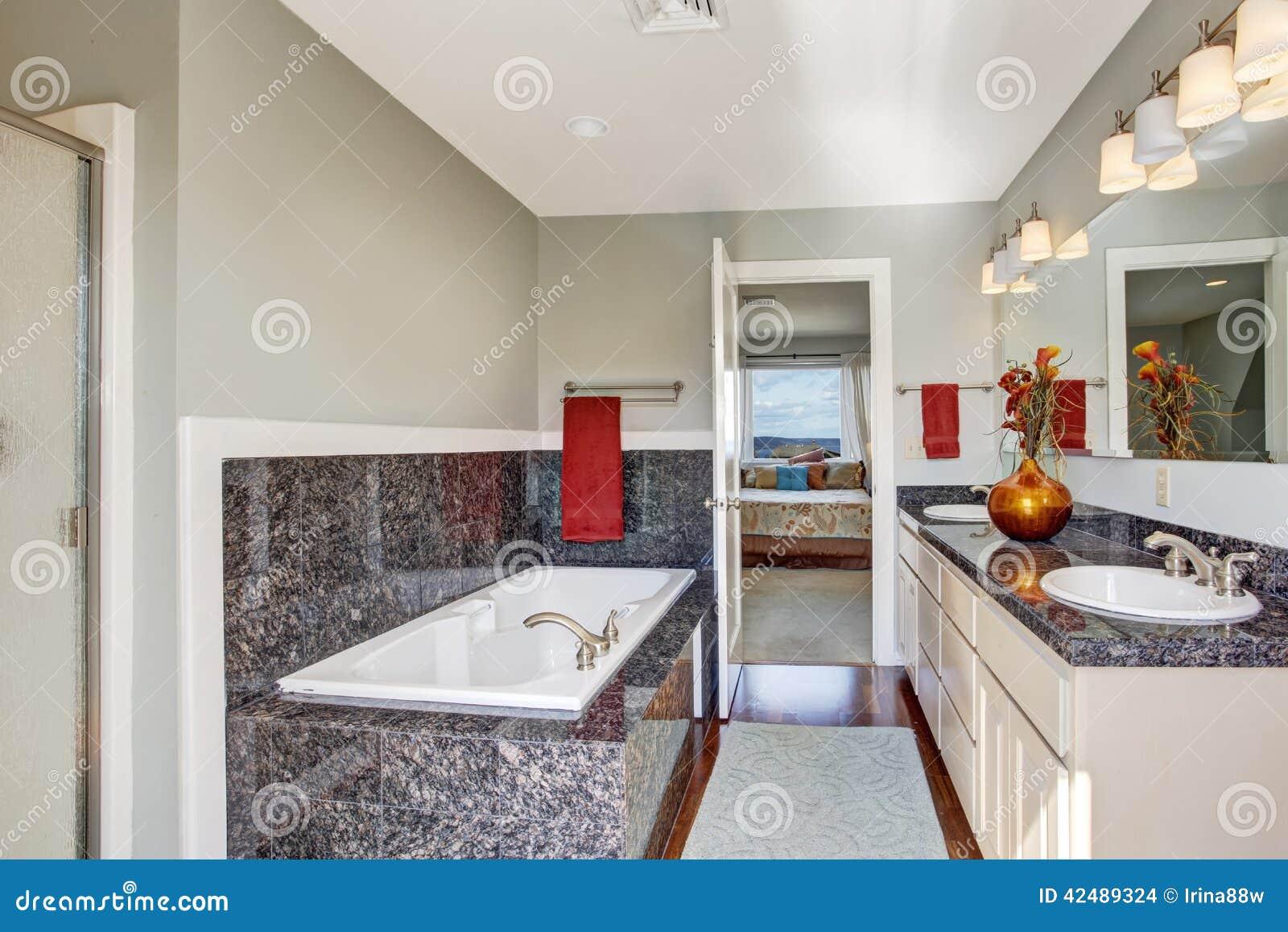 intrieur moderne de salle de bains dans la chambre coucher principale images stock - Salle A Coucher