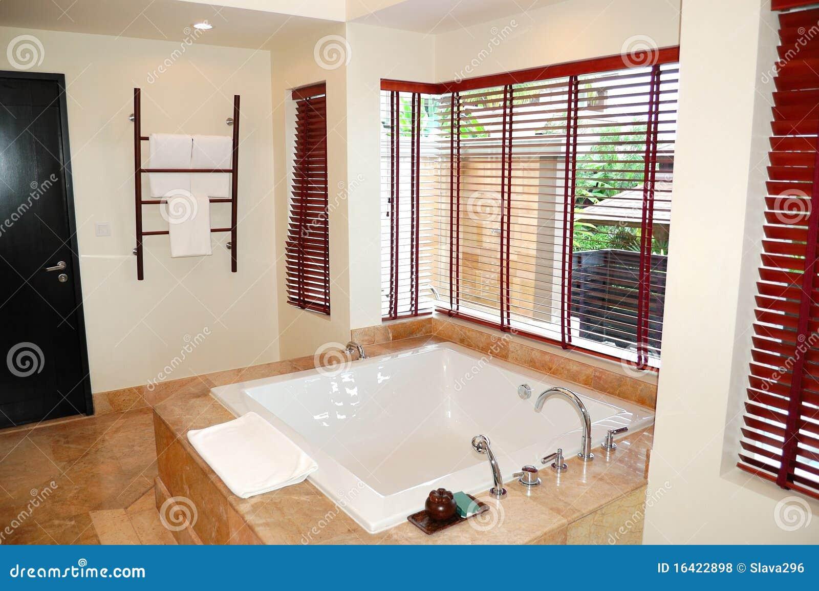 Intérieur moderne de salle de bains à la villa de luxe Photos libres de droits