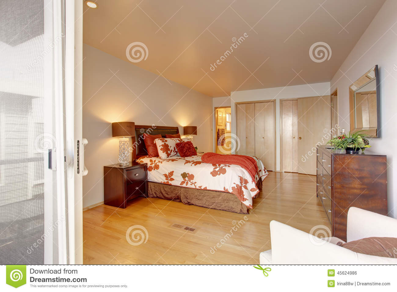 int rieur romantique de chambre coucher principale avec le cabinet photo stock image 45624986. Black Bedroom Furniture Sets. Home Design Ideas
