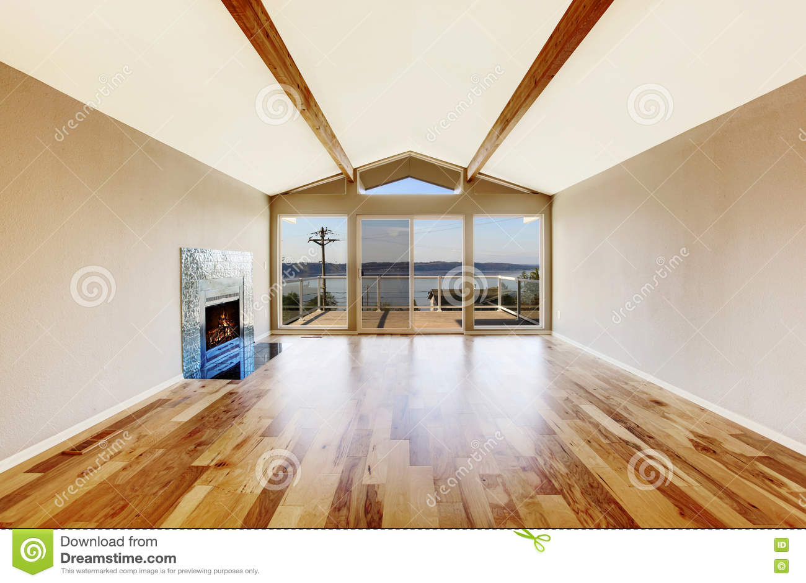Int rieur vide de pi ce avec le plancher en bois dur le for Plancher bois interieur