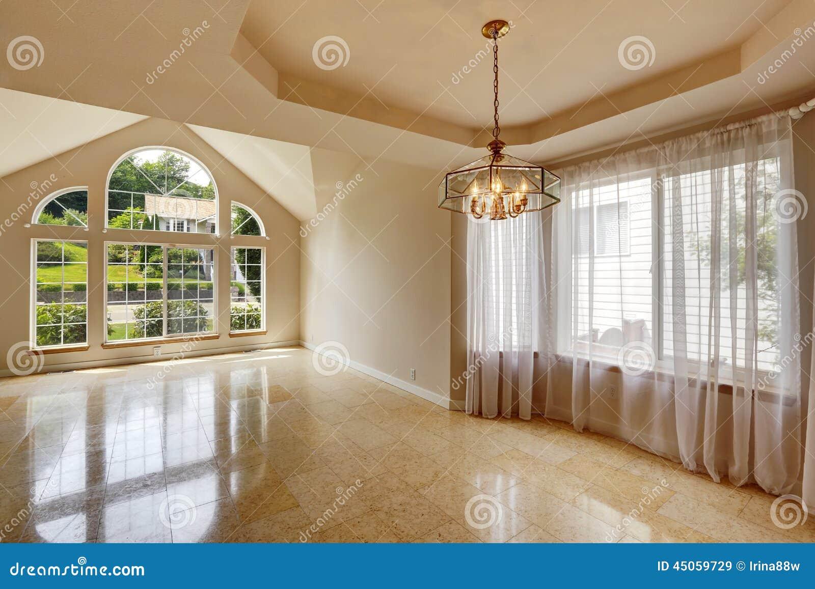Int rieur vide moderne de maison avec le plancher de for Le vide interieur