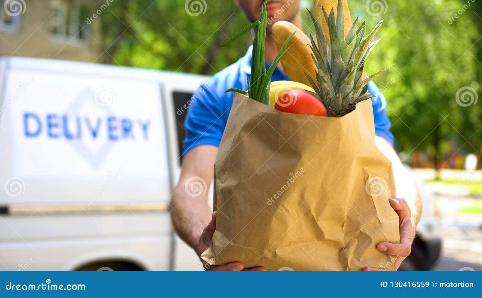Introduza no mercado o trabalhador que dá o saco de mantimento, serviço de entrega dos bens, ordem expressa do alimento