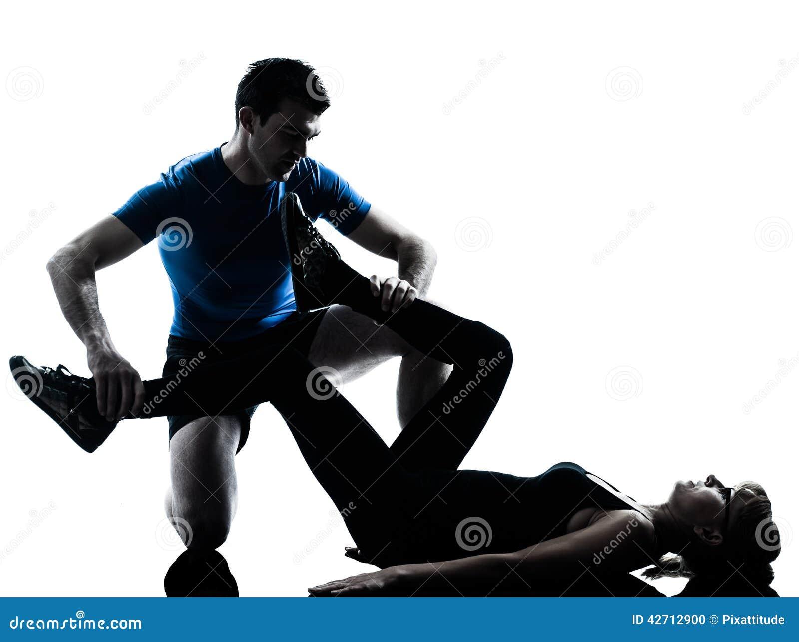 Intstructor da ginástica aeróbica com a mulher madura que exercita a silhueta