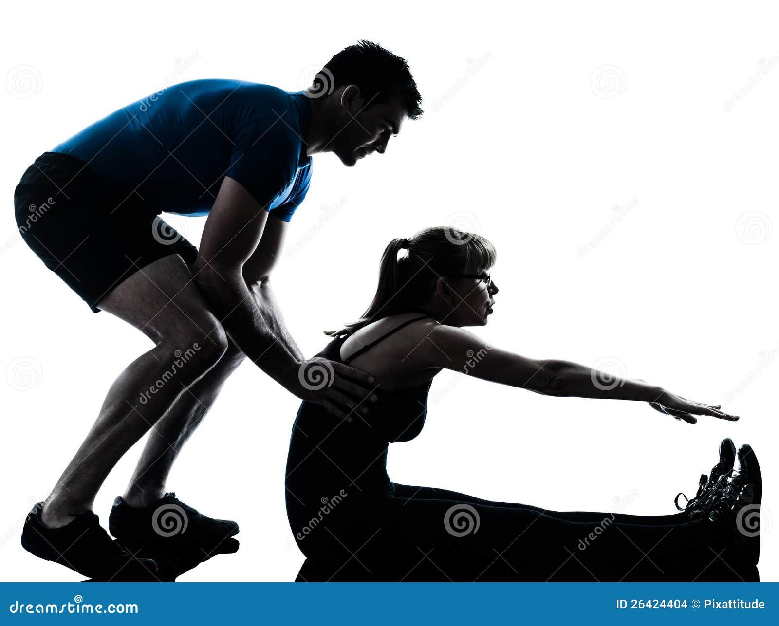 Intstructor de los aeróbicos con el ejercicio maduro de la mujer