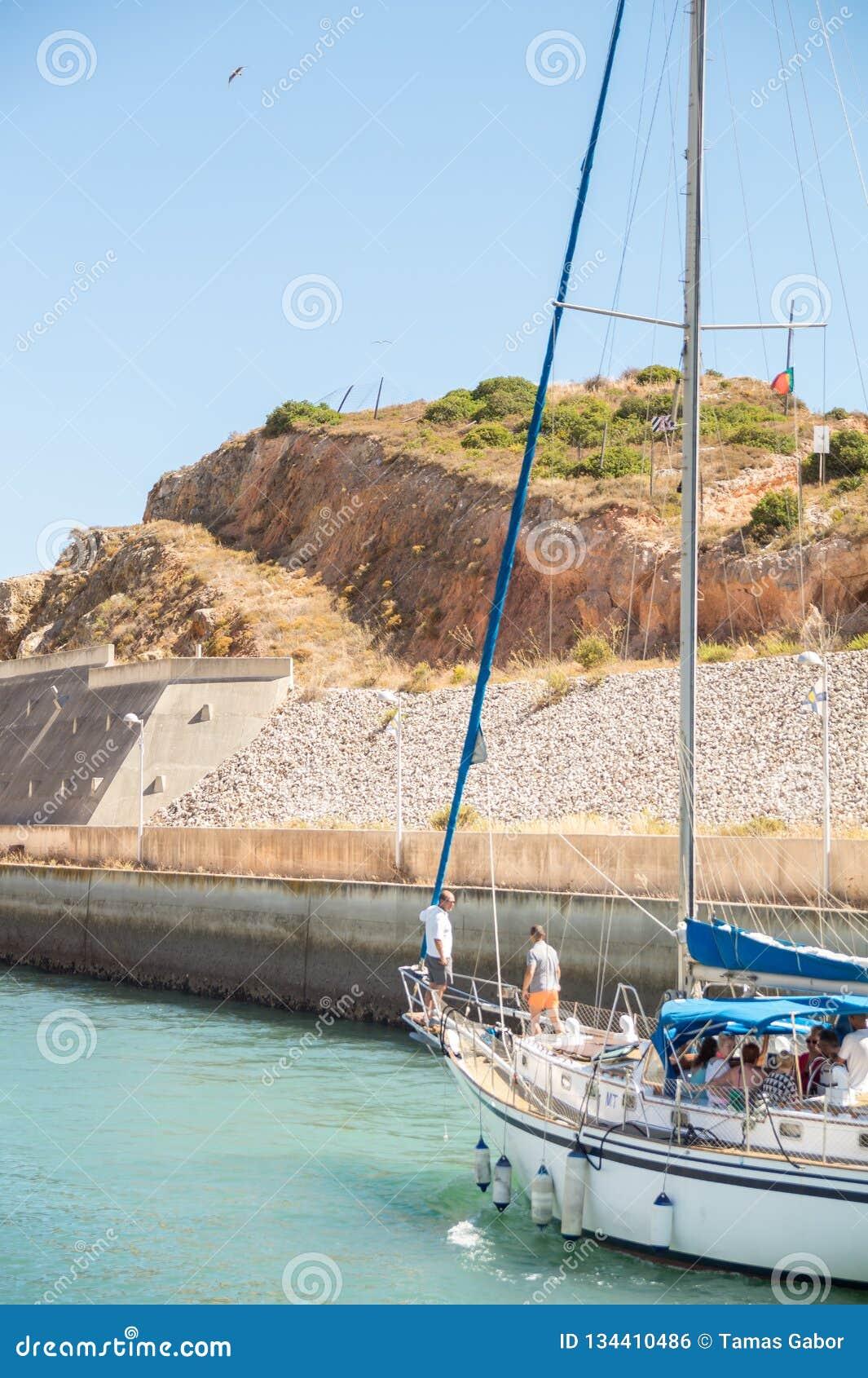 Intymna żaglówka opuszcza dla rejsu od zatoki Marina De Albufeira