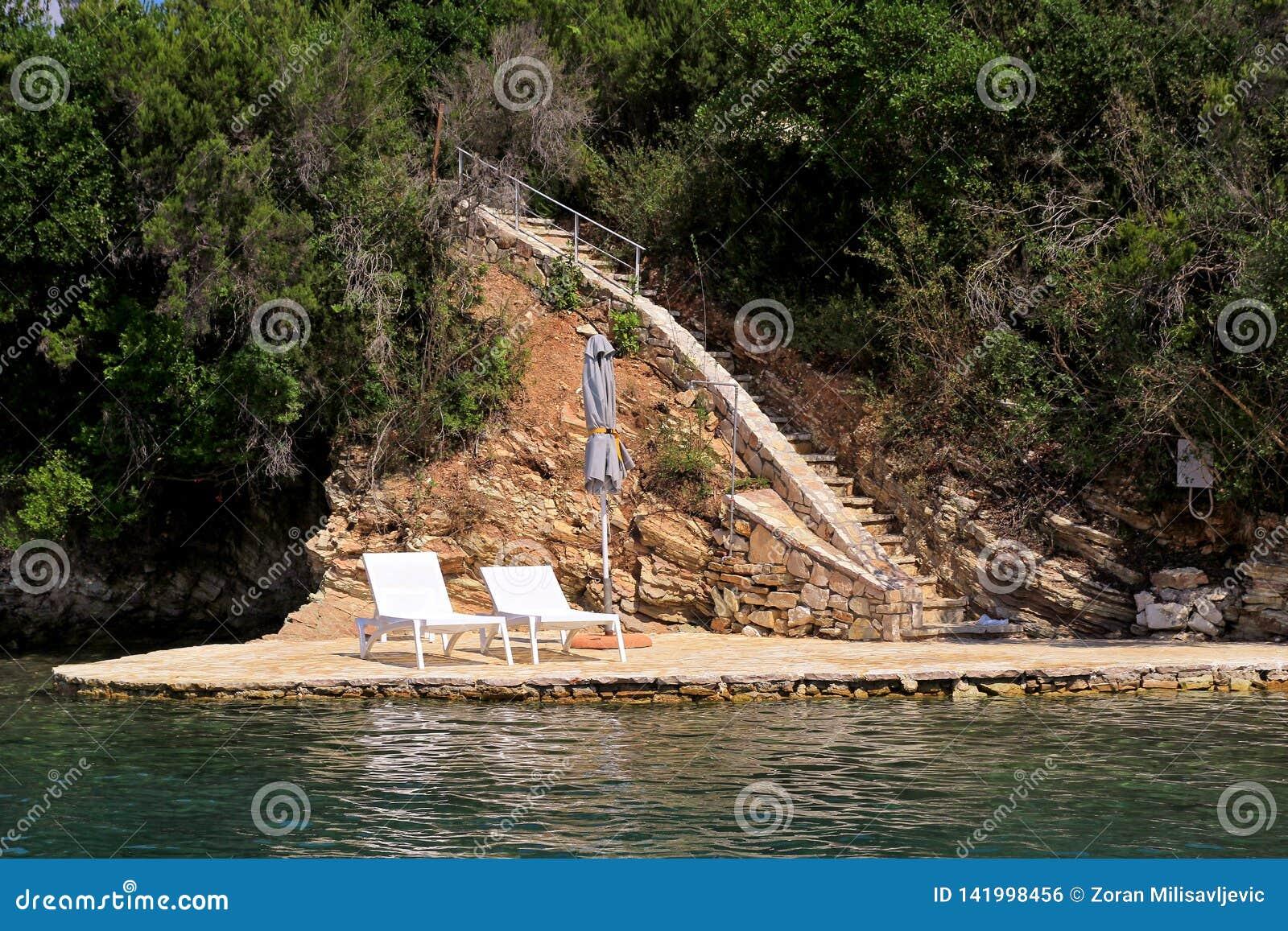 Intymne plaże na morzu śródziemnomorskim Krzesła, pokładów krzesła, słońc loungers i parasols czekać na turystów,