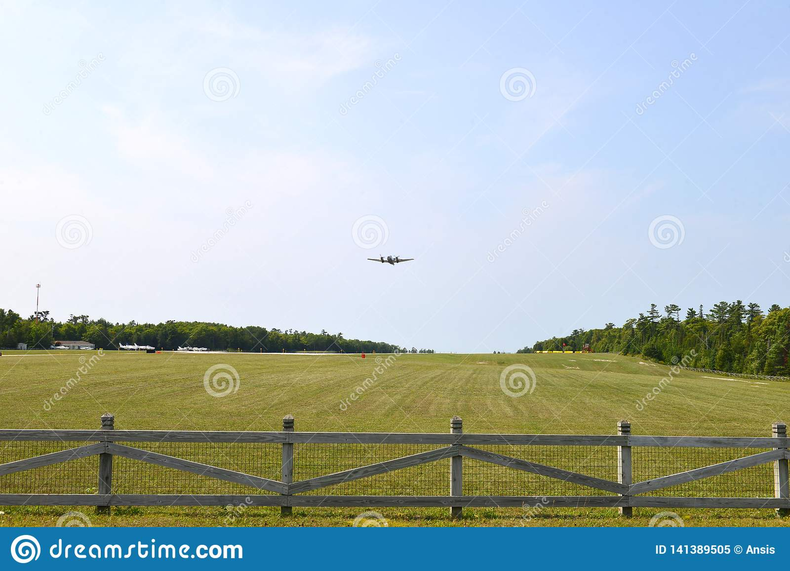 Intymny samolot wzrasta od Mackinac wyspy lotniska