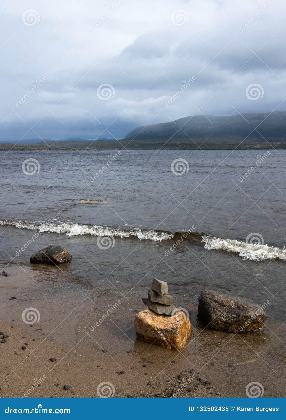 Inukshuk à l étang occidental de ruisseau