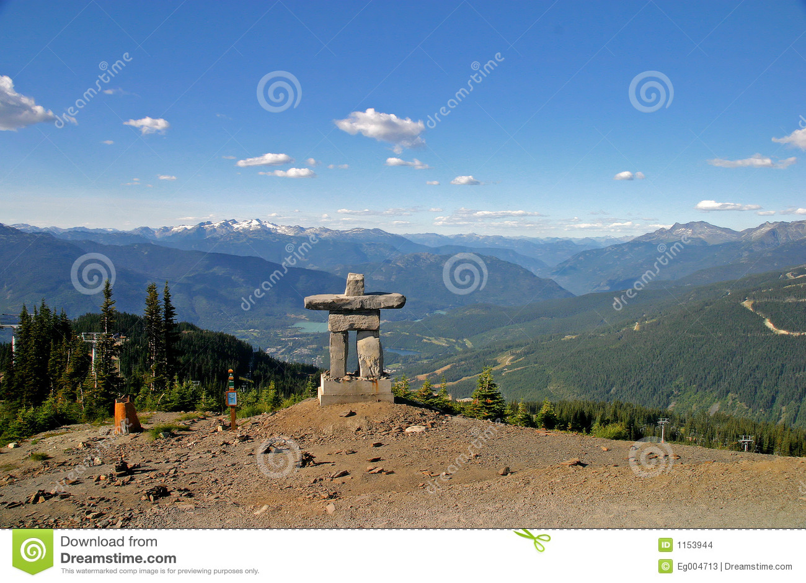 Inukshuk en la montaña de Blackcomb de la marmota