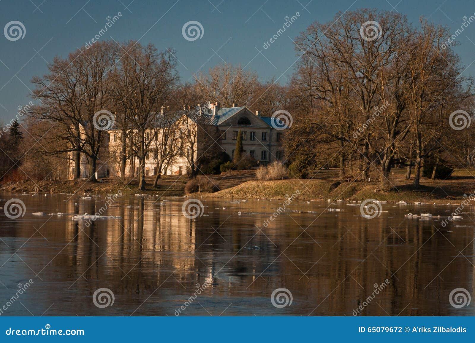 Inundação da mola no rio de Lielupe