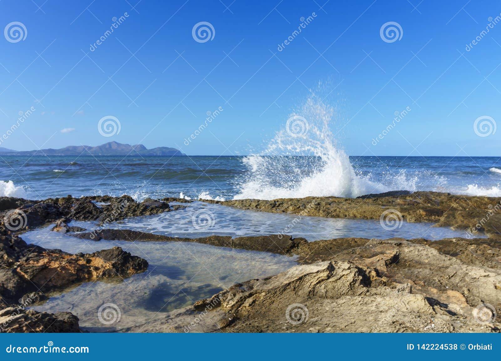 Inundar ondas de la costa de Mallorca