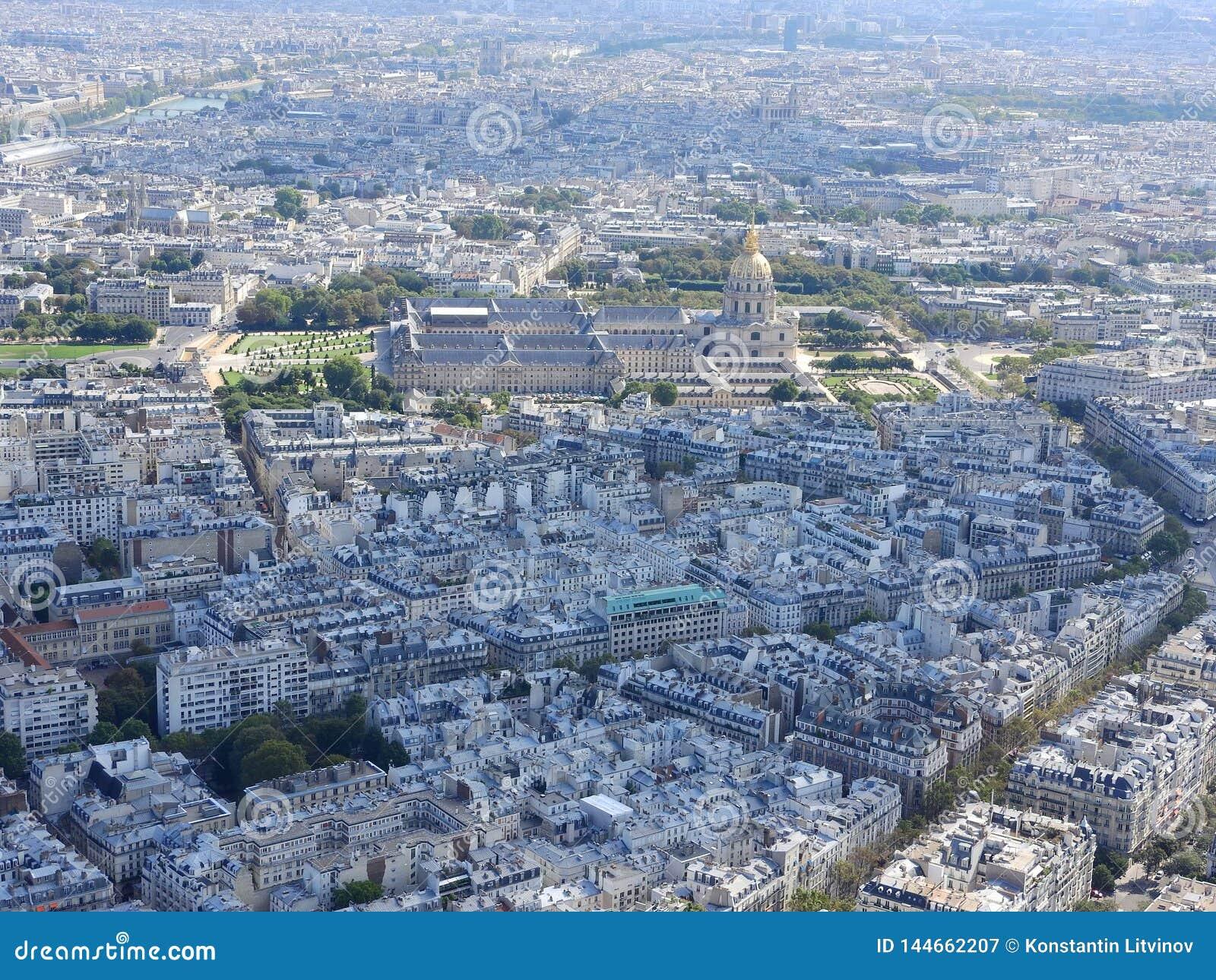 Εναέρια άποψη του Παρισιού από τον πύργο του Άιφελ που αγνοεί το σπίτι Invalides