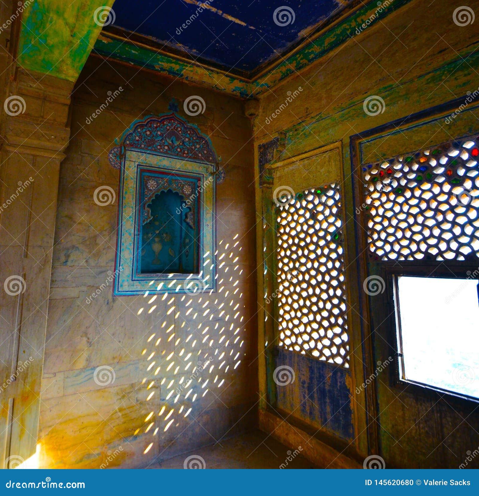 Invecklade carvings, tegelplattor, mosaiker, och snöra åt-som fönstercarvings i den Bundi slotten