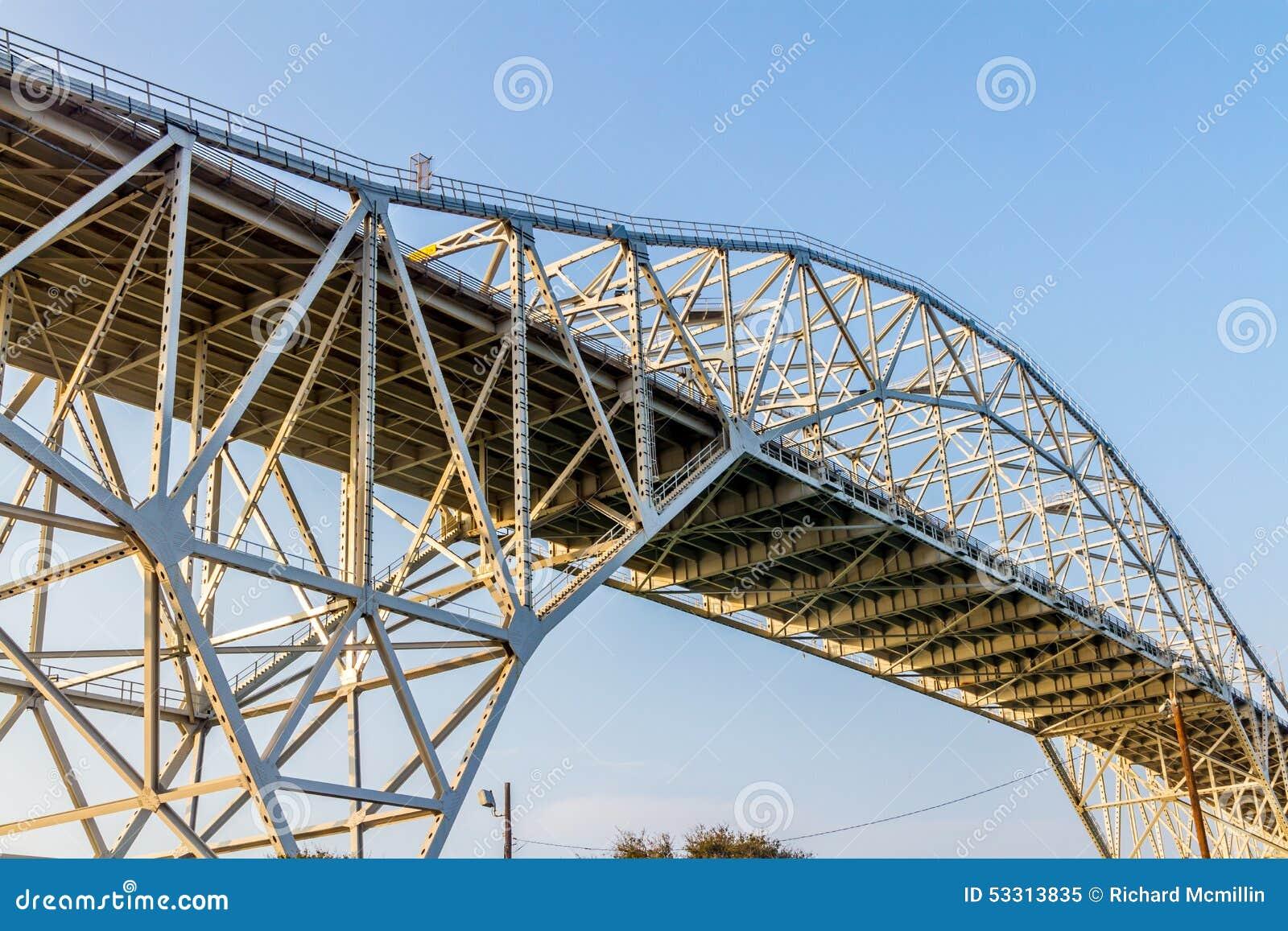 Invecklade modeller av stål- och järnarbetena av en kust- bro i Corpus Christi