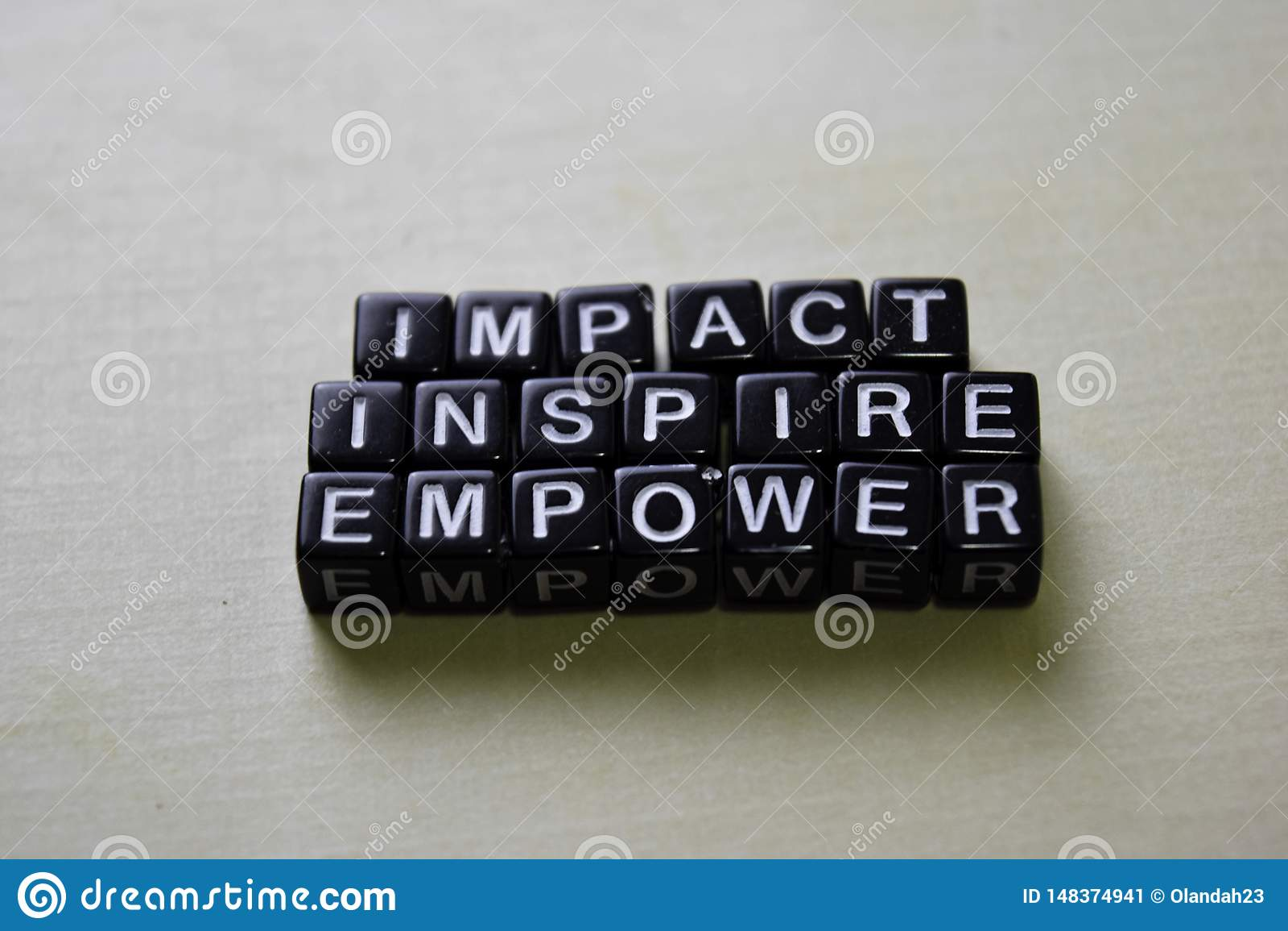 Inverkan - att inspirera - att bemyndiga på träkvarter Aff?rs- och inspirationbegrepp