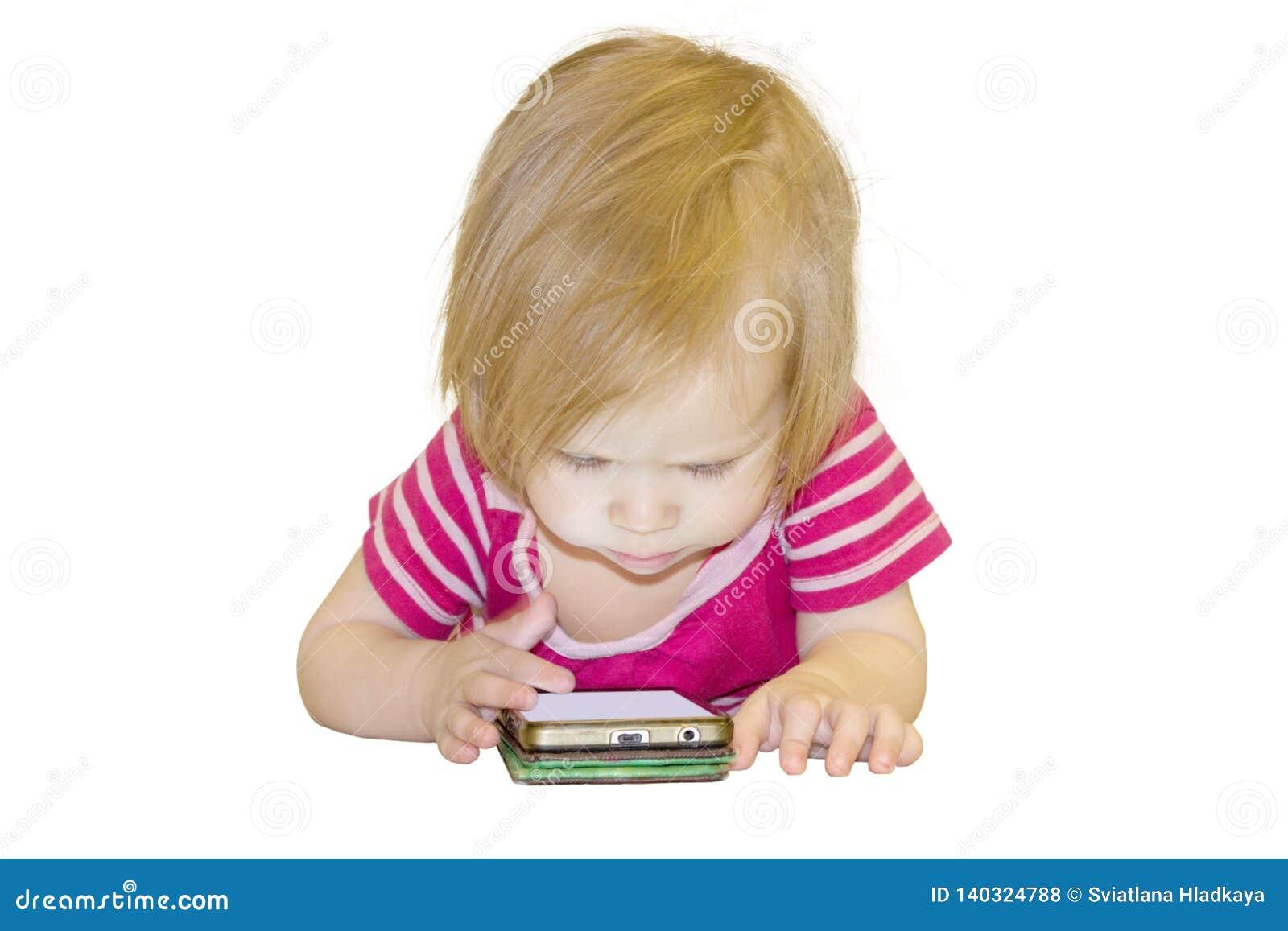 Inverkan av bruket av moderna teknologier av smartphones, minnestavlor, internet i uppfostran i tidig barndom