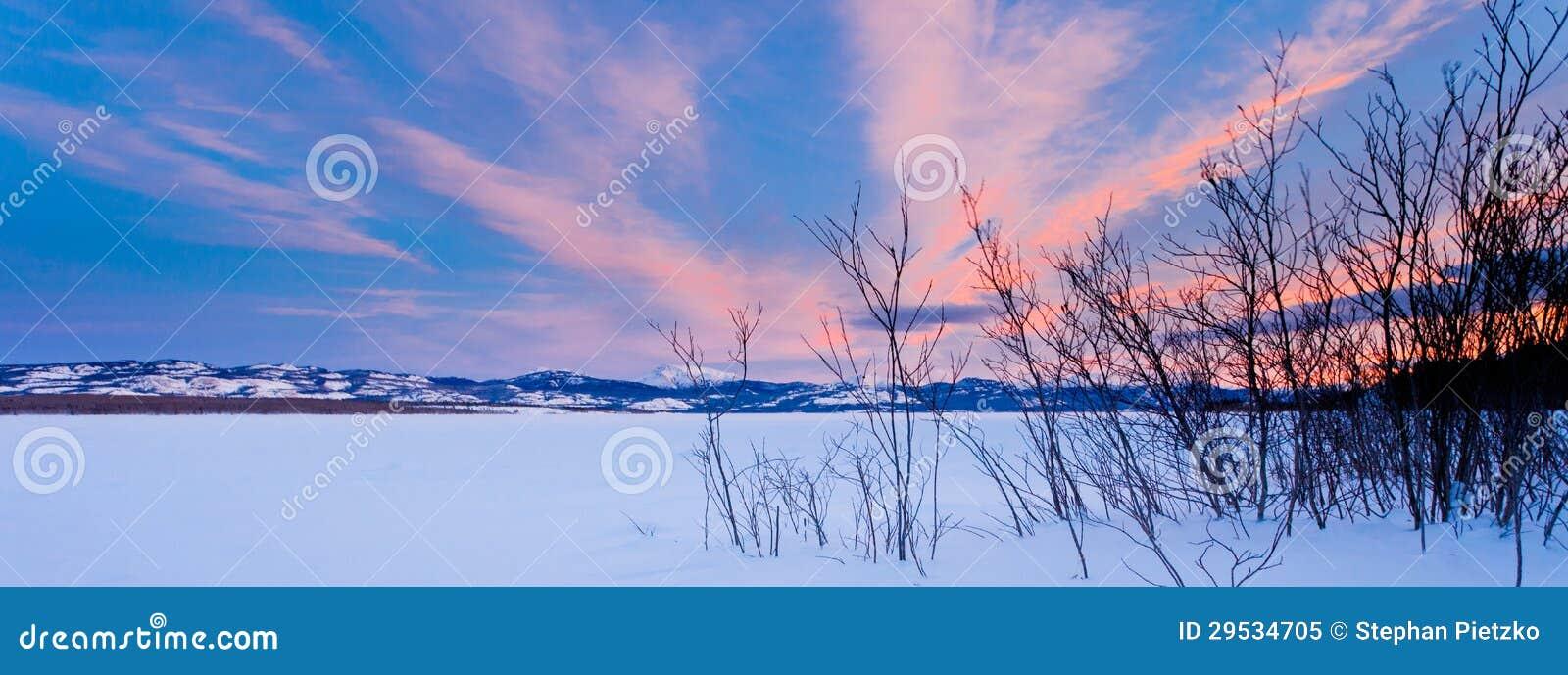 Inverno cénico no lago congelado Laberge Yukon Canadá
