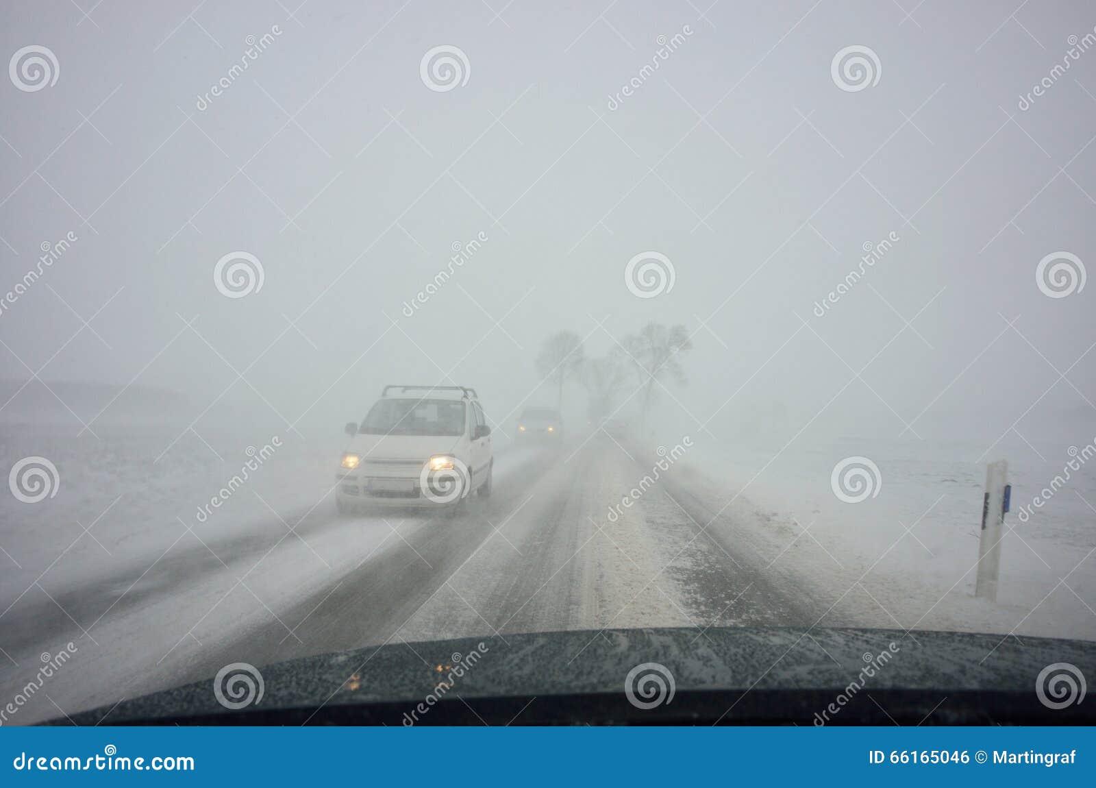 Inverno che guida dalla bufera di neve