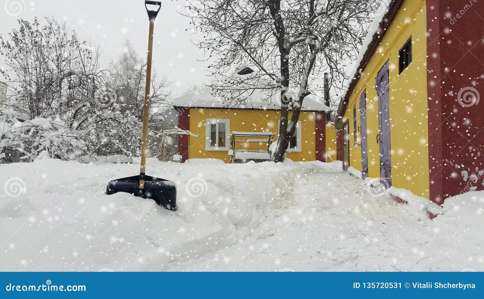 Inverno da neve da limpeza do serviço da cidade com a pá após a jarda da tempestade de neve