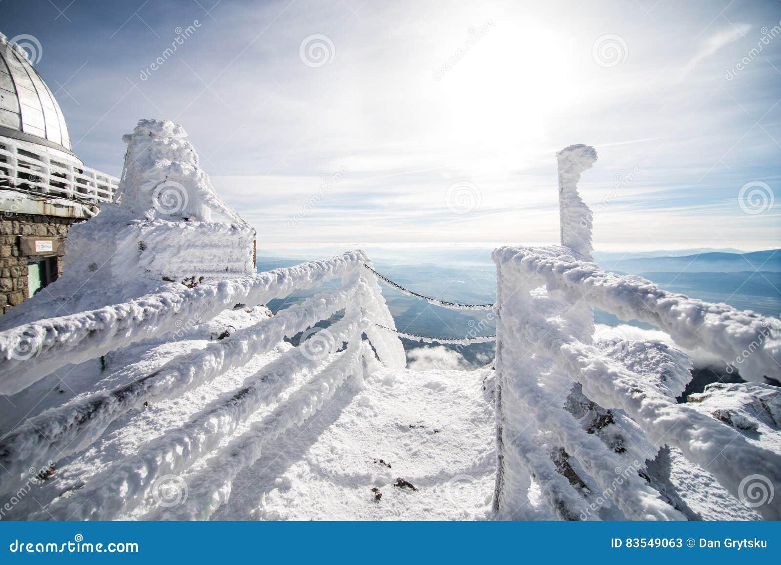 Inverno em montanhas altas de Tatras