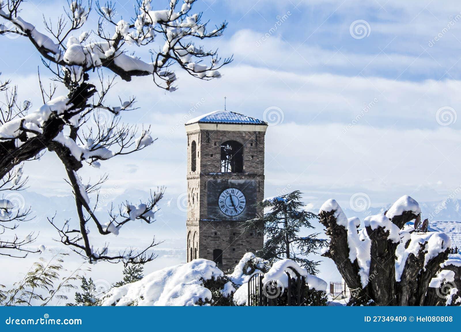 Inverno em Pliemont, em Italy, em árvores nevado e em steeple