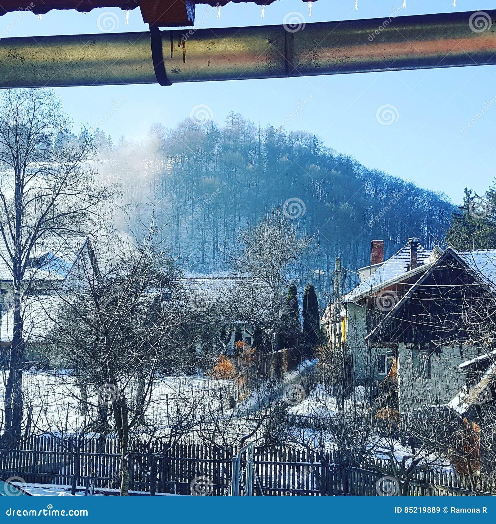 Inverno em uma vila de montanhas romena
