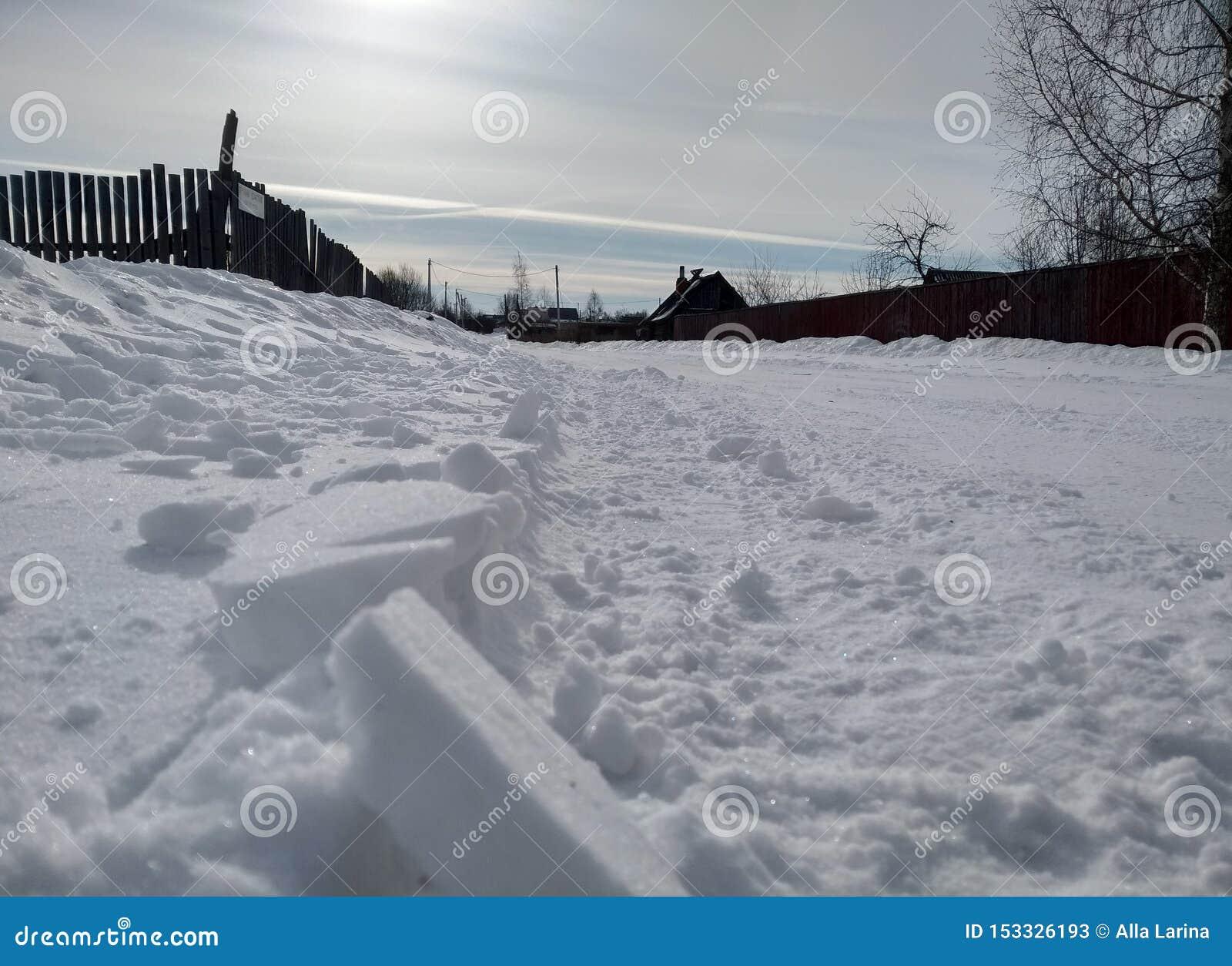 Inverno na manhã da vila do russo C?u gelado azul