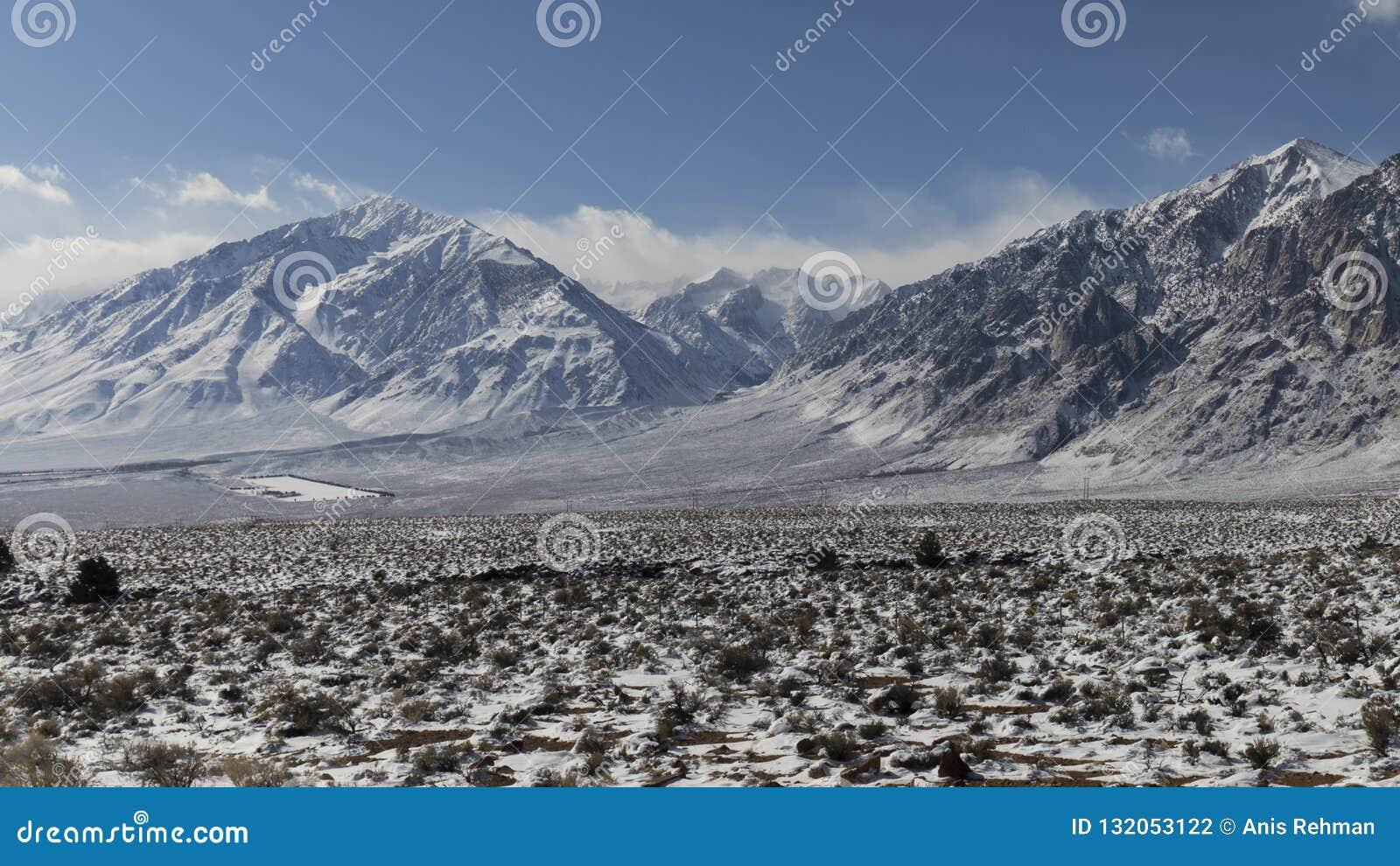 Inverno, neve no vale - montanhas no fundo